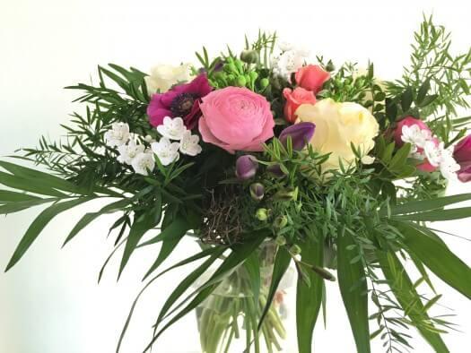 Blumen verschenken. Bild von einem bunten Strauss. Ein Blumengruß kommt immer gut an.